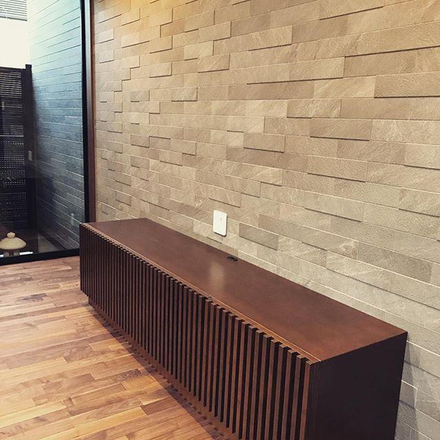 オーダーいただいていた、新築戸建てのリビング家具の納品です。タモの無垢材を使用して、木目を一本一本確認しながら製作を進めてきました。お客様のご要望だった質感や色を再現するために、何度も家具塗装職人さんとも打ち合わせを重ねて、下塗り→染色→仕上げ塗りと進めていきます!新築リビングのアクセントウォールと床材にマッチした、こだわりの家具となりました!・・#rekent #オーダー家具 #リフォーム #リノベーション #店舗デザイン #設計 #家具工房 #オリジナル家具 #インテリア #内装 #デザイン #インテリア雑貨 #orderfurniture #woodwork #woodworkfactory #woodworker #新築家具 #納品 #アクセントウォール #無垢材 #テレビボード #タモ材