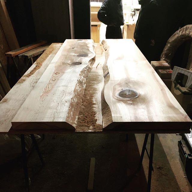 今日のREKENT!今日はオーダーテーブルの製材!スギの無垢材を使って中央部に仕掛を施しますっ!無垢材の木目は一点一点違うので、お客様の好みの板との出逢いが本当に大切だなーと感じております 今後どんな風に変化していくのか、完成お楽しみに!・・#rekent #オーダー家具 #リフォーム #リノベーション #店舗デザイン #設計 #家具工房 #オリジナル家具 #インテリア #内装 #デザイン #インテリア雑貨 #orderfurniture #woodwork #woodworkfactory #woodworker #オーダーテーブル #無垢材 #スギ #ダイニングテーブル