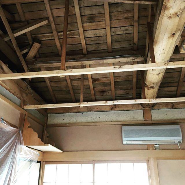 今日のREKENT!和室の天井張替えのリフォームです。築年数が経ち、天井が劣化し襖が開かなくなっていた和室。天井すべて撤去し、劣化部を補修してから断熱材を入れなおして天井を新しく張り直しました!襖もスムーズに開くようになりました。やっぱり和室は落ち着けますね〜!大工工事が終わったので、次は壁の塗り替えです!・・#rekent #オーダー家具 #リフォーム #リノベーション #店舗デザイン #設計 #家具工房 #オリジナル家具 #インテリア #内装 #デザイン #インテリア雑貨 #orderfurniture #woodwork #woodworkfactory #woodworker #天井 #天井張替え #和室リフォーム #ビフォアーアフター #天井リフォーム #天井板張り