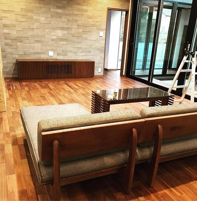 今日のREKENT!先日納品させていただいた新築のお宅のテレビボードとローテーブルのお写真を紹介いたします。どちらもタモの無垢材を使用しています。ソファーの枠の色や床の色と合うように色を調合して塗装させていただきました!!温もりあるこだわりの無垢材で落ち着ける雰囲気のリビングですね!・・#rekent #オーダー家具 #リフォーム #リノベーション #店舗デザイン #設計 #家具工房 #オリジナル家具 #インテリア #内装 #デザイン #インテリア雑貨 #orderfurniture #woodwork #woodworkfactory #woodworker #家具塗装 #新築家具 #タモ材 #オーダーテレビボード #オーダーローテーブル #テレビボード #ローテーブル #無垢材 #リビング #リビングインテリア #新築リビング