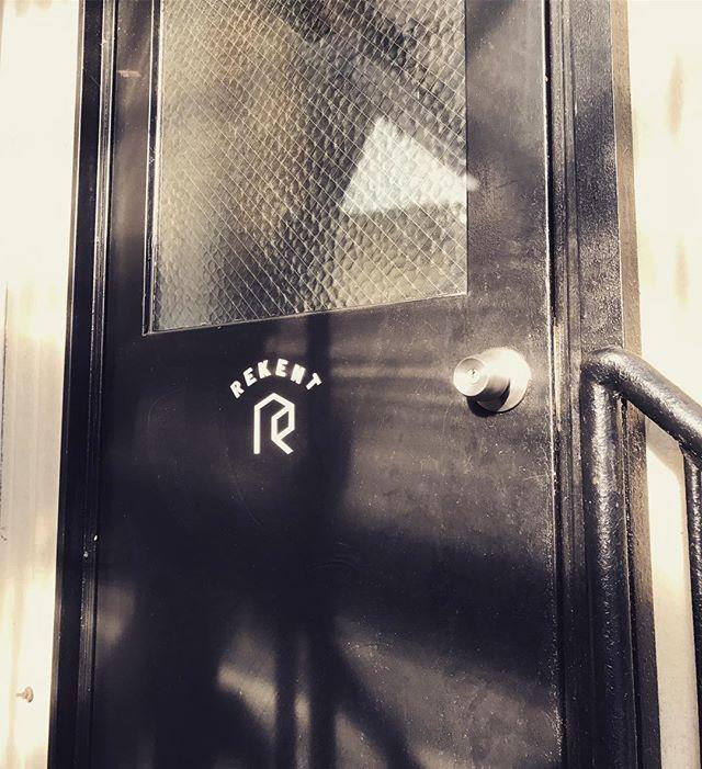 今日のREKENT!二階の事務所ドア。あれ?Tが歪んでる気がするけど、気のせいかな?・・#rekent #orderfurniture #woodwork #woodworkfactory #woodworker #オーダー家具 #オーダー家具製作#家具好き#家具好きな人と繋がりたい#リフォーム #リノベーション#リノベ#店舗デザイン#店舗家具#店舗設計 #家具工房#オリジナル家具 #インテリア #内装 #デザイン #インテリア雑貨 #シンプルライフ#ライフスタイル#収納#見せる収納#暮らしを楽しむ#シンプルに暮らす