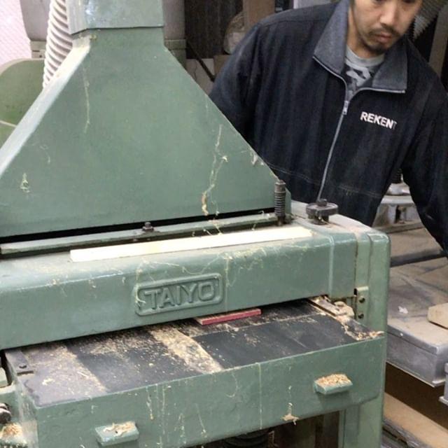 今日のREKENT!ウォルナットの無垢材をプレーナーで製材中〜。ザラザラの木材がツルツルピカピカになって出てくるこの作業、好きです!・・#rekent #orderfurniture #woodwork #woodworkfactory #woodworker #オーダー家具 #オーダー家具製作#家具好きな人と繋がりたい#リフォーム #リノベーション#リノベ#店舗デザイン#店舗家具#店舗設計 #家具工房#オリジナル家具 #インテリア #内装 #デザイン #インテリア雑貨 #ライフスタイル#暮らしを楽しむ#テーブル天板