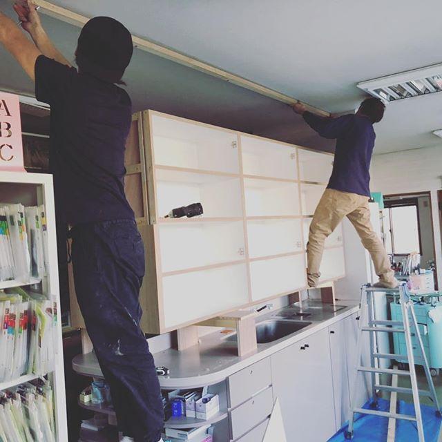 今日のREKENT!連休目前ですねっ!今日は歯科医院の改装工事着工です。吊り戸棚の設置中〜。REKENTの男性陣が頑張ってます!!・・#rekent #orderfurniture #woodwork #woodworkfactory #woodworker #オーダー家具 #オーダー家具製作#家具好き#家具好きな人と繋がりたい#リフォーム #リノベーション#リノベ#店舗デザイン#店舗家具#店舗設計 #家具工房#オリジナル家具 #インテリア #内装 #家具デザイン #収納#見せる収納#歯科医院 #歯科医院内装 #REKENT男性陣#腕筋すごい