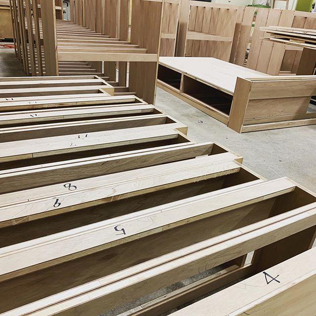 今日のREKENT!オーダーいただいている、ホテルのベッド17台を製作中です!普段は広いスペースのある工場が、今は360度ベッドです笑笑仮組みをして、社長が仕上がり寸法と寝心地を確認中・・#rekent #orderfurniture #woodwork #woodworkfactory #woodworker #オーダー家具 #オーダー家具製作#家具好き#家具好きな人と繋がりたい#リフォーム #リノベーション#リノベ#店舗デザイン#店舗家具#店舗設計 #家具工房#オリジナル家具 #インテリア #内装 #デザイン #ホテル改装#オーダーベッド #ベッド製作中#寝心地