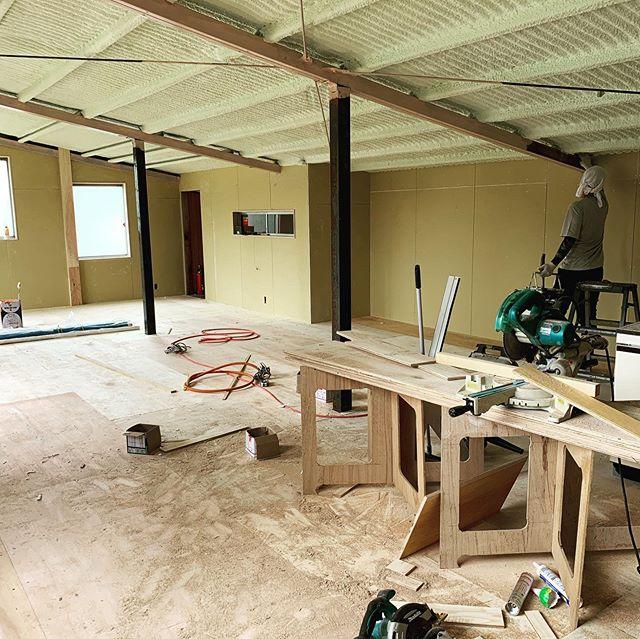 今日のREKENT!新工場の二階に新しく事務所とショールームを作る工事をしています。解体、造作工事、電気工事、断熱工事、配管と進み、今日は鉄部の錆止めに塗装工事を進めています!新しくできるショールームは、皆さまが気軽に立ち寄れる空間に仕上げていきたいと思っています!お楽しみに!・#rekent #orderfurniture #woodwork #woodworkfactory #woodworker #オーダー家具 #オーダー家具製作 #家具好き #家具好きな人と繋がりたい#リフォーム #リノベーション #リノベ #店舗デザイン #店舗家具 #店舗設計 #家具工房 #オリジナル家具 #インテリア #内装 #デザイン #インテリア雑貨 #収納 #見せる収納 #暮らしを楽しむ#シンプルに暮らす #ショールーム工事中 #ショールーム #断熱材 #吹き付け断熱 #塗装工事