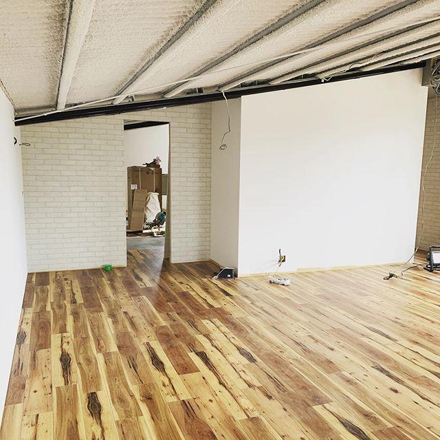 今日のREKENT!新工場の事務所とショールームの工事。今日は雨の中ですが、インターネット関係の移設工事や電気工事が進んでいます!これから事務所の家具、ショールームにて展示する家具のプランの打ち合わせです!・#rekent #orderfurniture #woodwork #woodworkfactory #woodworker #オーダー家具 #オーダー家具製作 #家具好きな人と繋がりたい #店舗デザイン #店舗家具 #店舗設計 #家具工房 #オリジナル家具 #インテリア  #デザイン #インテリア雑貨 #アウトドア  #キャンプギア #ショールーム #新事務所 #事務所移転 #オフィスデザイン #オフィス内装