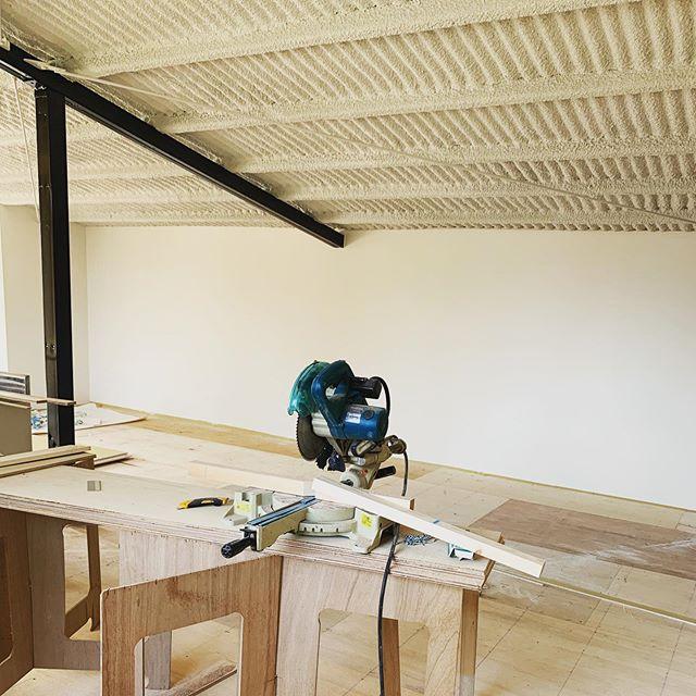 今日のREKENT!新事務所の工事が着々と進んでいます!今日はクロス工事で、徐々に壁が仕上がっていきます!おしゃれで快適なオフィス兼ショールームを目指して完成まで暑さに負けず頑張りますっ!・・#rekent #orderfurniture #woodwork #woodworkfactory #woodworker #オーダー家具 #オーダー家具製作 #家具好きな人と繋がりたい #店舗デザイン #店舗家具 #店舗設計 #家具工房 #オリジナル家具 #インテリア  #デザイン #インテリア雑貨 #アウトドア雑貨 #キャンプギア #新工場 #オフィスデザイン #事務所改装 #ショールーム