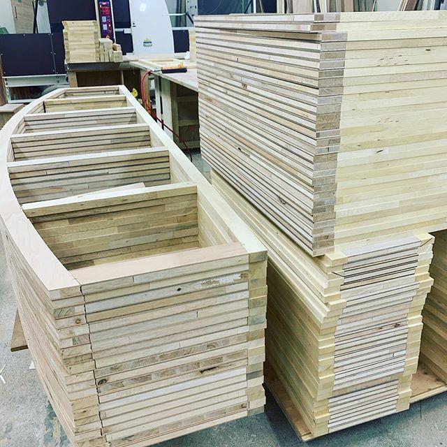 今日のREKENT!ちょいと変わった形の家具を量産してます。みなさんお馴染みの全国展開している店舗様の家具です!この曲面がどうなるんだろう??完成形が楽しみです!!・・#rekent #woodworking #リケント #woodworkfactory #theframewoodwork #theframe  #woodwork #家具屋 #家具デザイン #店舗家具 #店舗設計 #家具工房 #オリジナル家具  #インテリア  #デザイン #インテリア雑貨 #アウトドア  #キャンプギア #アウトドア用品 #木工作品 #木工家具 #木工作家 #木製雑貨 #フォトアイテム #店舗家具製作 #大量生産 #オーダー家具 #オーダー家具製作