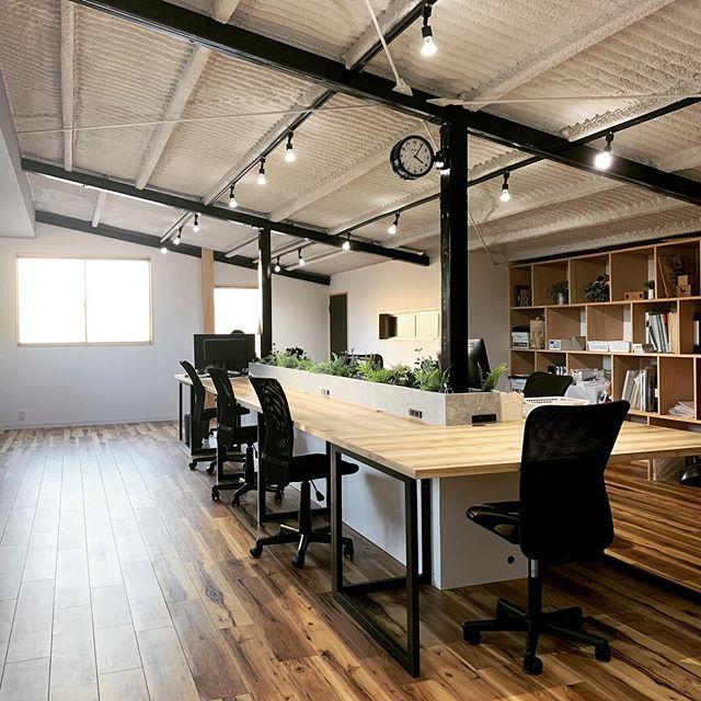 今日のREKENT!最近よくお問い合わせいただいたり、ご提案させていただくことが多くなった倉庫リノベーション。無機質なコンクリートの壁や天井のクールな印象の倉庫を改装して、オフィスやカフェなどオシャレな空間へと作り上げていきます。自由で独創的な空間作り。柱を残して塗装したり、天井は吹き付けの断熱材をあえてむき出しにしたり、工業的な雰囲気を少し残しつつ、木のテイストを加えたり。空間作りを存分に楽しむことができます!・・#theframewoodwork #theframe  #rekent #woodwork #家具屋 #家具デザイン #店舗家具 #店舗設計 #家具工房 #オリジナル家具  #インテリア  #デザイン #インテリア雑貨 #アウトドア  #キャンプギア #アウトドア用品 #木工作品 #木工家具 #木工作家 #木製雑貨 #フォトアイテム #倉庫リノベーション #倉庫 #リノベーションオフィス #オフィスリノベーション #オフィス家具 #オフィスデスク #オフィスグリーン #断熱材 #吹き付け断熱
