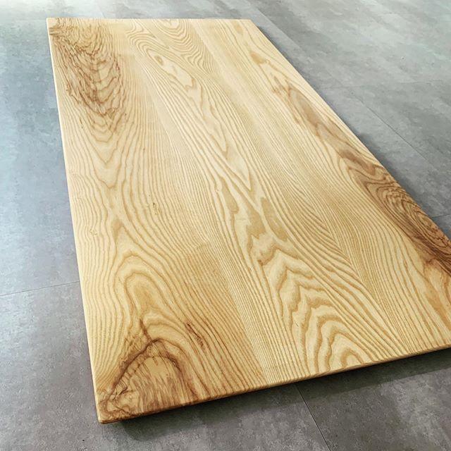 今日のREKENT!先日オーダーいただいていた、無垢オーダーダイニングテーブルの塗装が仕上がりました♡少しツヤを落として、マットな質感で木目が生きるような仕上がりとなりました。アイアン脚を取り付けて、いよいよ納品です!最近ダイニングテーブルのオーダーのお問い合わせを多くいただきます。製作、納品までおおよそ1カ月〜2カ月ほどのお時間を頂戴しております。今回のテーブル(アイアン脚含む)のオーダー価格は、→120000yen+tax+配送費用です。※天板の材料や大きさによって価格は変動いたしますので、大きさ、素材のご希望を伺って送料含めお見積もりさせていただきます。来週末にAichi sky expoで開催される、field style jamboree に出展させていただく際に、テーブルを展示致しますので、実際に見てみたい方は会場へぜひ足を運んでみてください♡@fieldstyle_official @the_frame_woodwork #rekent #woodwork #家具屋 #家具デザイン #店舗家具 #店舗設計 #店舗内装 #店舗内装デザイン #家具工房 #オリジナル家具  #インテリア  #デザイン #インテリア雑貨 #アウトドア  #キャンプギア #アウトドア用品 #木工作品 #木工家具 #ncルーター #オーダーダイニングテーブル #ダイニングテーブル #無垢ダイニングテーブルオーダー #fieldstyle #fieldstyle2019 #fieldstylejamboree