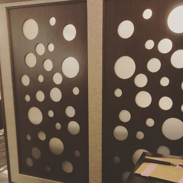 今日のREKENT!今更ながら今年初投稿です。去年は会社の引っ越し、イベント出店、様々な挑戦をしながら駆け抜けた1年でした!今年も新たに沢山のことに挑戦しながら成長していきたいと思っていますので、よろしくお願いします!年始より飲食店の内装と家具を作らせていただいています。内装間仕切りの装飾をNCで加工しました!・・#theframewoodwork #theframe #rekent #woodwork  #オリジナル家具  #キャンプギア #アウトドア用品 #店舗家具 #店舗設計 #家具工房 #インテリア #インテリア雑貨 #間仕切り #ncルーター #店舗内装 #リフォーム #リノベーション
